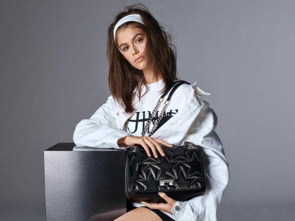 ジミー チュウの2019年春夏ウィメンズコレクションから、新作バッグ「ヘリア」