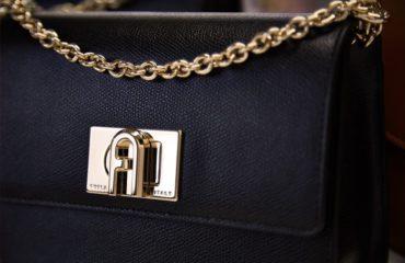 フルラから、「フルラ アーチロゴ」を採用した新アイコンバッグ「フルラ 1927」