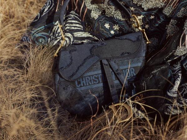 """ディオールから、""""カムフラージュ柄""""の新作ブックトートやサドル バッグ"""