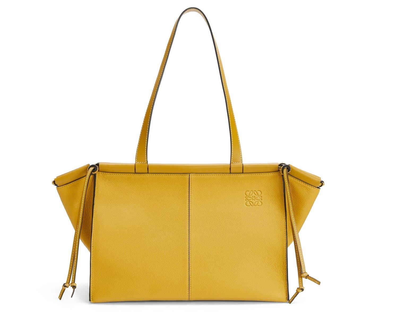 ロエベの人気バッグ「クッショントート」が、スモールサイズ