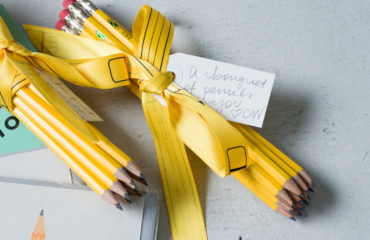 CW Pencil Enterprise×DEMYLEEがコラボ!鉛筆をラグランのカシミアニットで表現