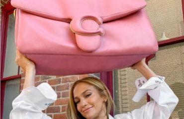 """コーチから、""""枕""""を思わせるシルエットの新作バッグ「ピロー タビー」"""