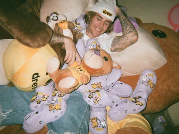 クロックスから、ジャスティン・ビーバーとのコラボレーション第二弾「Crocs × Justin Bieber with drew house 2」