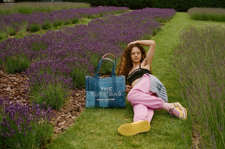 マーク ジェイコブスから、人気トートバッグをデニム素材でアップデートした「THE DENIM TOTE BAG」